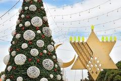 Menorah del árbol de navidad, de Jánuca y creciente en Haifa, Israel fotografía de archivo libre de regalías
