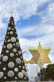 Menorah del árbol de navidad, de Jánuca y creciente en Haifa, Israel imagenes de archivo