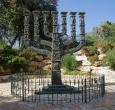 Menorah devant la Knesset en parc des roses Photographie stock libre de droits