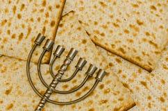 Menorah devant Matzot Image libre de droits