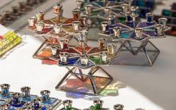 Menorah di vetro fatto a mano di Chanukah venduto al mercato dell'artigianato l'israele fotografia stock libera da diritti