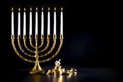 Menorah do Hanukkah com as moedas do dreidel e do chocolate imagem de stock royalty free
