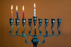 Menorah do Hanukkah no terceiro dia do Hanukkah fotos de stock royalty free