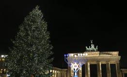 Menorah e árvore de Natal em Pariser Platz, Berlim, Alemanha imagem de stock royalty free