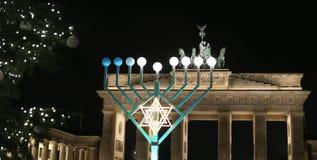 Menorah e árvore de Natal em Pariser Platz, Berlim, Alemanha fotografia de stock royalty free