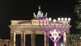 Menorah e árvore de Natal em Pariser Platz, Berlim, Alemanha imagem de stock