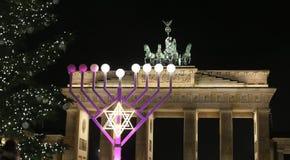 Menorah e árvore de Natal em Pariser Platz, Berlim, Alemanha fotos de stock royalty free