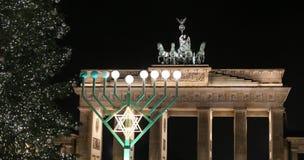 Menorah e árvore de Natal em Pariser Platz, Berlim, Alemanha fotografia de stock