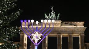 Menorah e árvore de Natal em Pariser Platz, Berlim, Alemanha imagens de stock