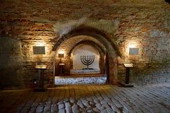Menorah e tunnel al Corridoio cerimoniale ed all'obitorio centrale di precedente ghetto ebreo alla repubblica Ceca di Terezin fotografia stock