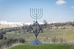 Menorah is een symbool van Judaïsme Monument aan de slachtoffers van de Holocaust in het dorp van Bogdanovka ukraine Stock Afbeelding