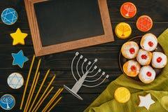 Menorah en kader voor hanukkah stock afbeeldingen