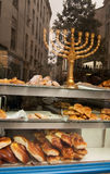 Menorah en ventana de la panadería kosher. París Fotografía de archivo