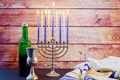 Menorah hermoso del día de fiesta de Jánuca del taliit judío del vino fotos de archivo