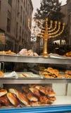 Menorah im Fenster der reinen Bäckerei. Paris Stockfotografie
