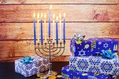 Menorah judío del vintage del tallit de la celebración de Jánuca del día de fiesta Fotografía de archivo