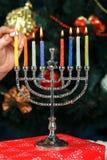 Menorah met kaarsen voor Chanoeka op de achtergrond van de Nieuwjaarboom Stock Foto's