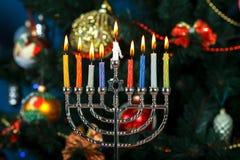 Menorah met kaarsen voor Chanoeka op de achtergrond van de Nieuwjaarboom Royalty-vrije Stock Fotografie