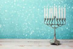 Menorah met kaarsen voor Chanoekaviering over bokehachtergrond Stock Afbeeldingen