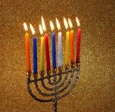 Menorah mit candels und Funkelnlichthintergrund Chanukka-Konzept Stockfotos