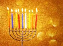 Menorah mit candels und Funkelnlichthintergrund Chanukka-Konzept Stockbild