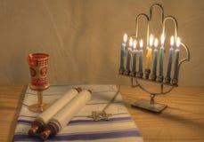 Menorah und judaische Nachrichten Lizenzfreie Stockfotografie