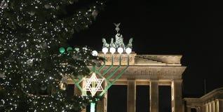 Menorah y árbol de navidad en Pariser Platz, Berlín, Alemania Fotos de archivo libres de regalías