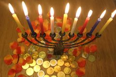 Menorah z świeczkami i czekoladą ukuwa nazwę Hanukkah i Judaistycznego wakacyjnego symbol obrazy stock