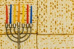Menorah z kolorowymi świeczkami przed Matzot obrazy stock