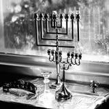 Menorahs de Hanukah listos para encenderse Foto de archivo libre de regalías