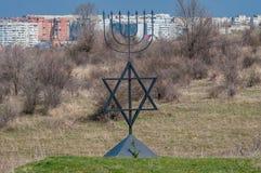 Menoran är ett symbol av judendom Monument till offren av förintelsen i byn av Bogdanovka ukraine fotografering för bildbyråer