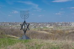 Menoran är ett symbol av judendom Monument till offren av förintelsen i byn av Bogdanovka ukraine royaltyfri fotografi