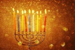 Menoror med candels och blänker ljusbakgrund hanukkah begrepp arkivfoto