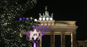 Menoror och julgran i Pariser Platz, Berlin, Tyskland royaltyfria bilder