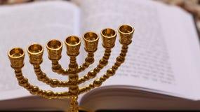 Menoror och Torah royaltyfri foto