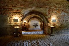 Menoror och tunneler på den ceremoniella Hallen och det centrala bårhuset av den tidigare judiska gettot på den Terezin Tjeckien arkivbild