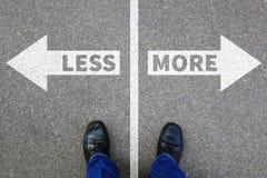 Menos es más entrega de la decisión del concepto del negocio mejora vida imagenes de archivo