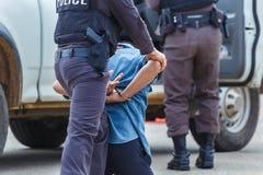 Menottes d'acier de police, arrêtées Images libres de droits