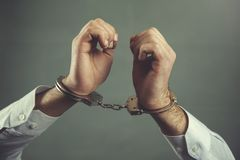 Menottes de main d'homme image libre de droits