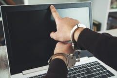 Menottes de main sur la caméra d'ordinateur photo libre de droits