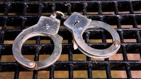 Menottes de prison Photographie stock libre de droits