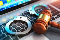 Menottes et maillet de juge sur le clavier d'ordinateur portable Image stock