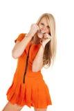 Menottes oranges de morsure de prisonnière de femme images stock