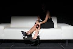 Menottes sexy de participation de femme sur le sofa image libre de droits