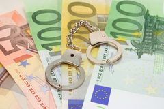 Menottes sur d'euro notes Photographie stock libre de droits