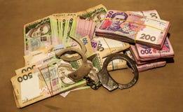 Menottes sur l'argent Corruption en Ukraine Le combat contre la corruption  photographie stock libre de droits