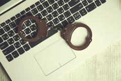 Menottes sur le clavier photos stock