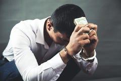 Menottes tristes de main d'homme avec l'argent image libre de droits