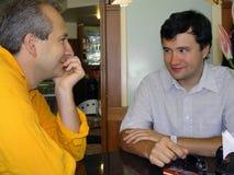 mens 2 bij het restaurant Stock Foto