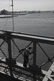 Mens aan het werk aangaande de brug van Brooklyn Stock Afbeelding